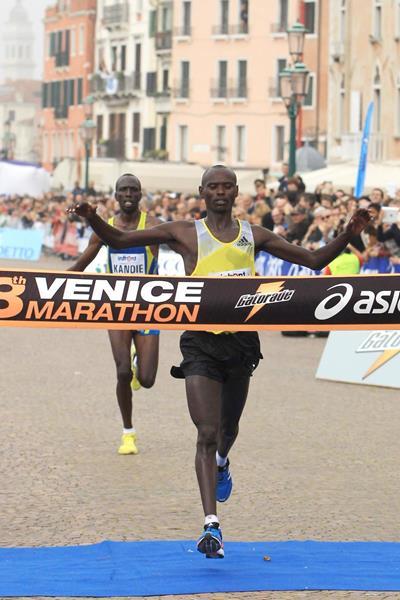 Nixon Machichim crosses the finish line first at the 2013 Venice Marathon (Jean-Pierre Durand)