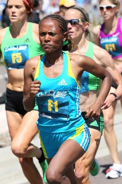 Aheza Kiros on the way to victory at the Carlsbad 5000 (PhotoRun.net)