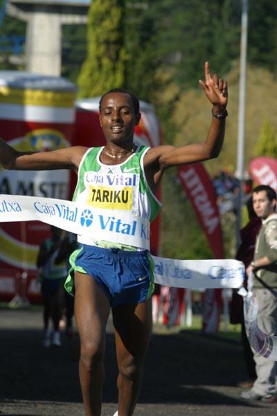 Tariku Bekele the commanding winner in Llodio (Mikel Salanova)
