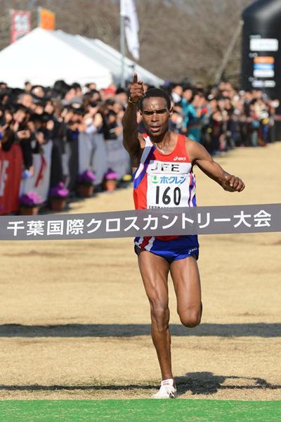 Kenya's Charles Ndirangu winning at the 2013 Chiba International Cross Country (Yohei Kamiyama / Agence SHOT)