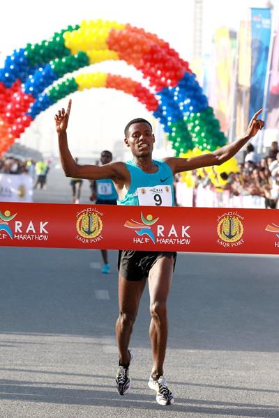 Lelisa Desisa winning the 2014 RAK Half Marathon (Victah Sailer / organisers)