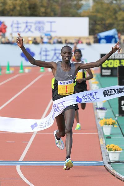 Vincent Kipruto wins the Lake Biwa Marathon (Victah Sailor)