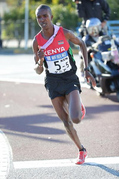 Kenya's Edwin Mokua on the fifth leg of the 2013 Chiba International Ekiden (Kazuo Tanaka / Agence SHOT)