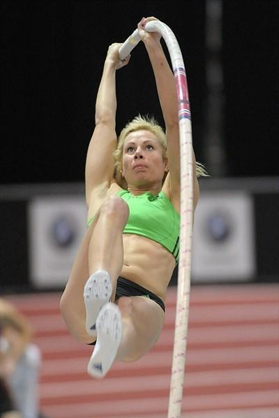Jenn Suhr on the way to a 4.86m US indoor record in Albuquerque (Kirby Lee)