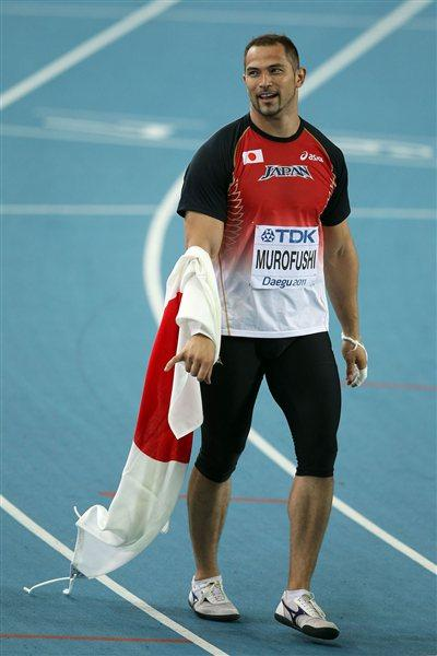 Koji Murofushi of Japan celebrates with his country's flag after winning the men's hammer throw final  (Getty Images)