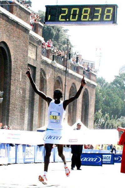 David Kipkorir winning the 2006 Rome Marathon by nearly a minute (Michele D'Annibale)
