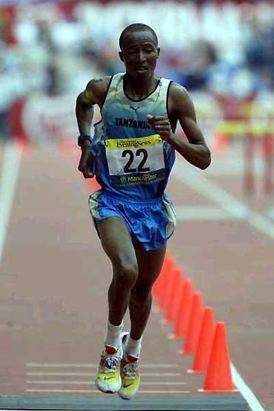 Francis Naali of Tanzania winning the 2002 Commonwealth Marathon (Getty Images)