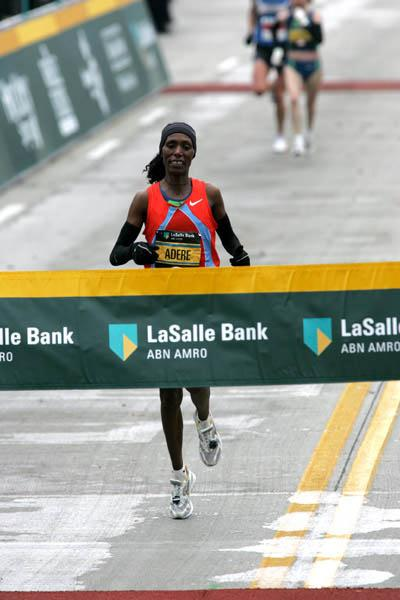 Berhane Adere en route to her national record 2:20:42 in Chicago (Victah Sailer)