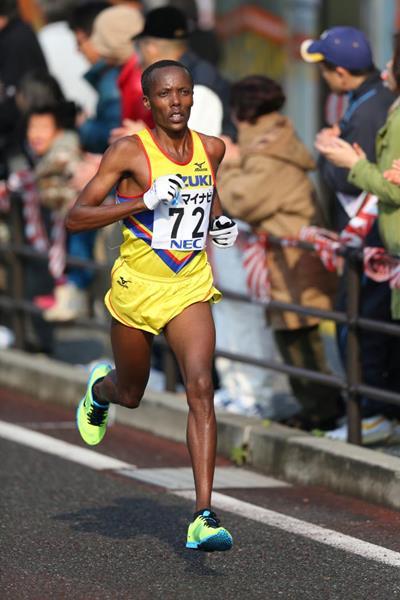 Martin Mathathi en route to winning the 2013 Fukuoka Marathon (Takefumi Tsutsui / Agence SHOT)