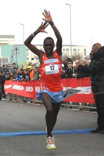 Peter Kimeli winning the 2010 Roma Ostia Half Marathon (Alberto Zorzi)