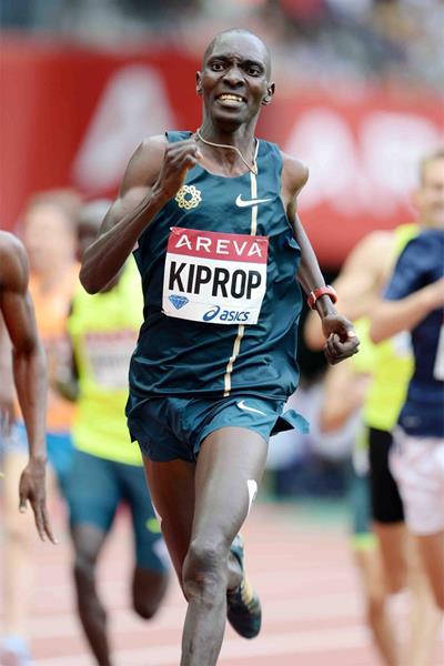 Asbel Kiprop en route to winning the 800m at the IAAF Diamond League meeting in Paris (Jiro Mochizuki)