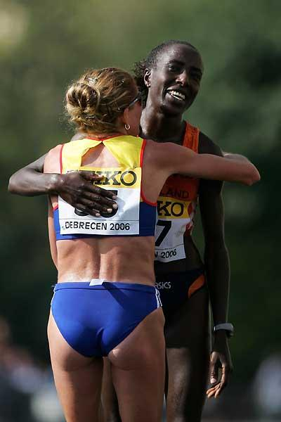 Kiplagat and Tomescu embrace - Debrecen (Getty Images)