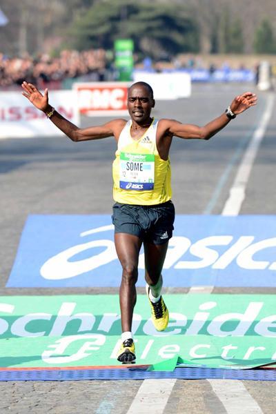 Peter Some wins the 2013 Paris Marathon (Jiro Mochizuki)