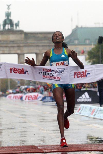 Aberu Kebede winning in Berlin 2010 (Getty Images)