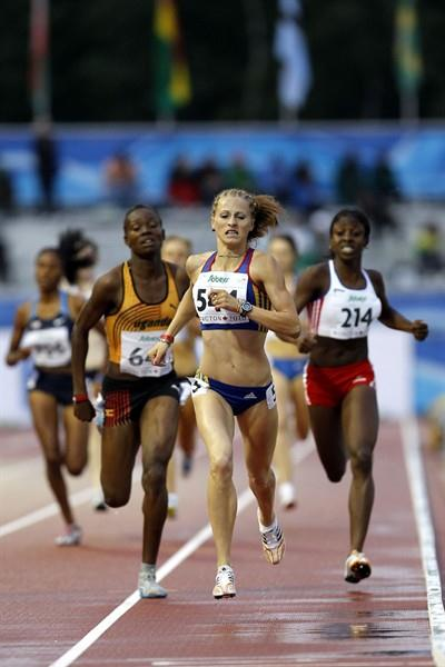 Mirela Lavric holds off the challenge from her opponents in the home straight of the 800m (Getty Images)