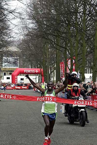 Samuel Wanjiru in The Hague / Den Haag - wins in a time of 58:33 (c)
