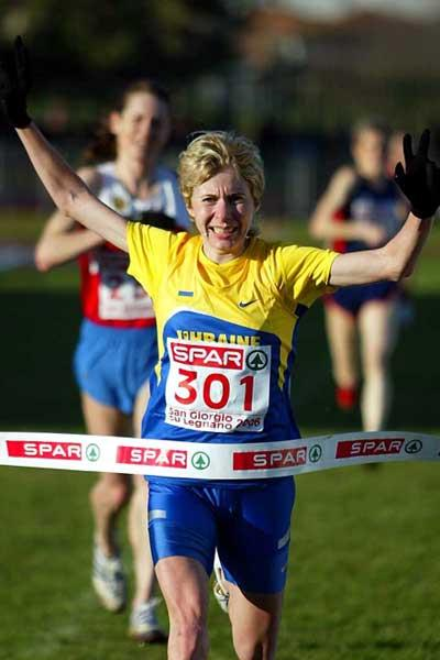 Tetyana Holovchenko of Ukraine wins the senior women's title at 2006 European XC (Mark Shearman)