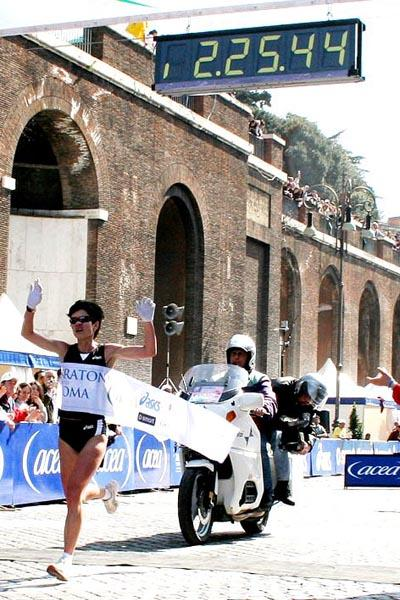 Tetyana Hladyr (UKR) claims a commanding win at the 2006 Rome Marathon (Michele D'Annibale)