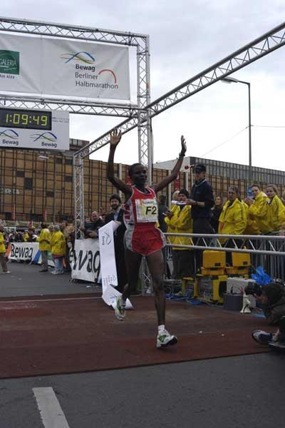 Chepchumba wins the 2004 Berlin Half Marathon (SCC)