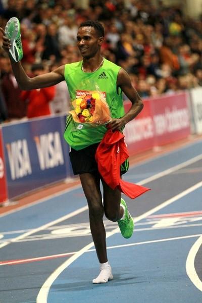 Dejen Gebremeskel wins 3000m in Boston with one shoe (Victah Sailer)