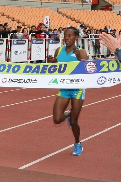 Yeshi Esayias of Ethiopia wins the 2010 Daegu Marathon in 2:29:17 (Organisers)