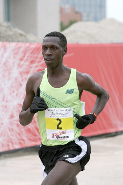 Simon Ndiragu en route to his Dallas 8km win (Victah Sailer)