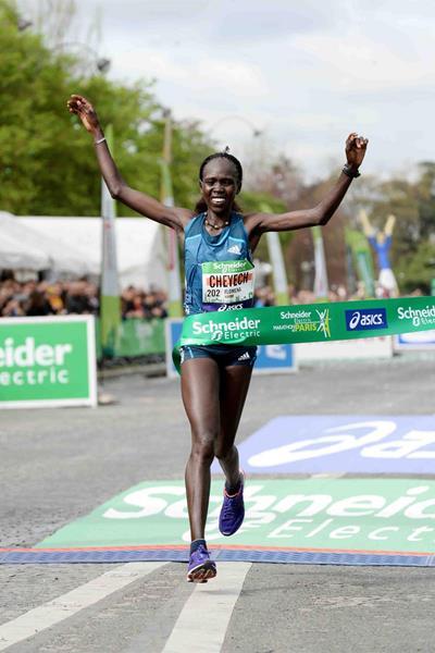 Flomena Cheyech wins the women's race at the 2014 Paris Marathon (Jiro Mochizuki)