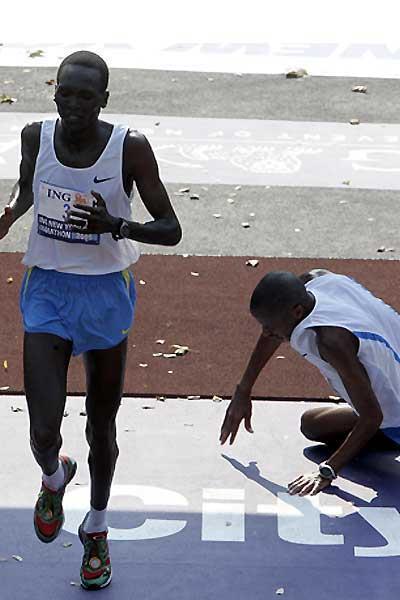 Paul Tergat wins the ING New York Marathon as defending champion Hendrick Ramaala falls to the ground (Getty Images)