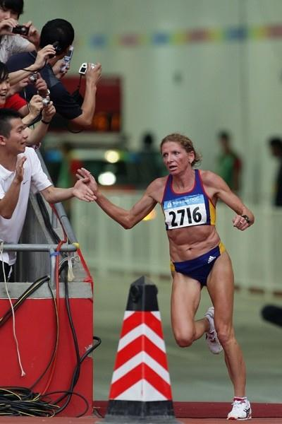 Constantina Tomescu-Dita enters the stadium in the lead in the women's Olympic marathon (Getty Images)