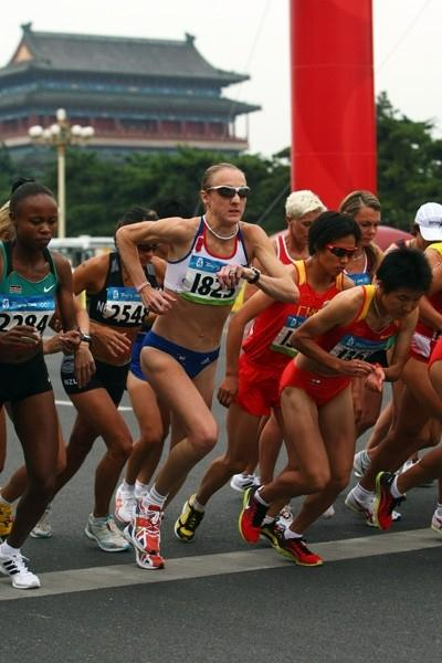 Paula Radcliffe and Zhou Chunxiu at the start of the women's Olympic marathon (Getty Images)