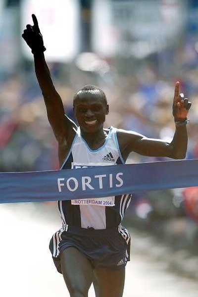 Felix Limo (KEN) wins the 2004 Fortis Rotterdam Marathon (Getty Images)