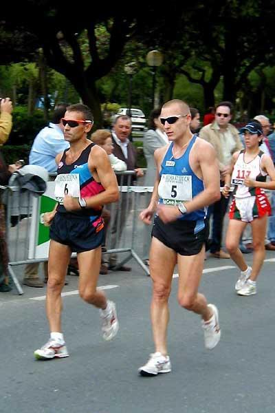 Robert Korzeniowski (6) walking next to Aigars Fadejevs (5) of Latvia (Luis Saladie)