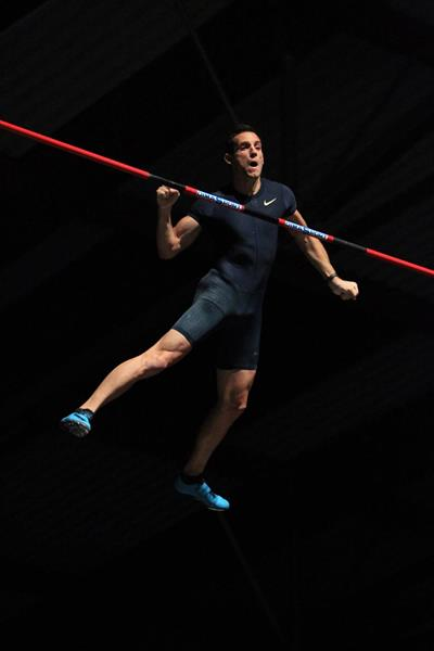 Renaud Lavillenie clears 5.84m in Aubiere (Jean-Pierre Durand)