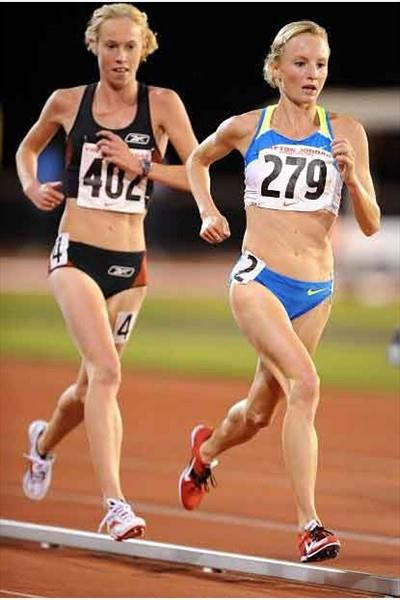 New Zealand's Kim Smith trails Shalane Flanagan in the 10,000m (Kirby Lee)
