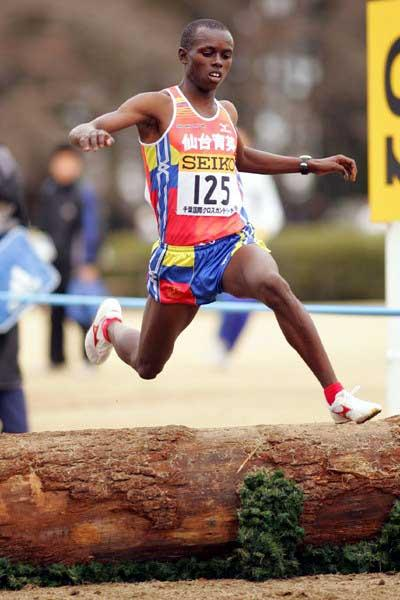Samuel Wanjiru wins the 2005 Chiba Cross Country (Kazutaka Eguchi)