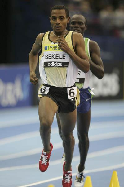 Kenenisa Bekele en route to his 4:49.99 world best for 2000m (Getty Images)
