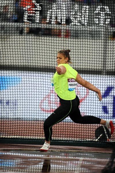 Sandra Perkovic spinning to a 68.24m national record (Errol Anderson)