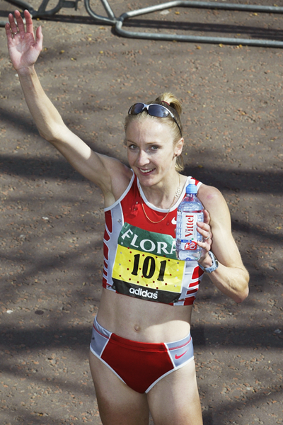 Paula Radcliffe waves a salute after the 2003 London Marathon in which she ran the fastest marathon ever by a woman (Getty Images)