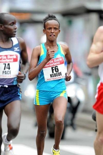 Aberu Kebede on the way to her 2:25:25 victory in Rotterdam (Jiro Mochizuki)