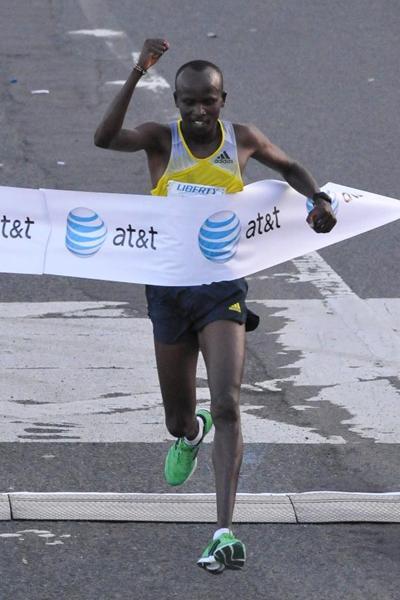 Sammy Kitwara winning the World's Best 10K in Puerto Rico (Alvin Rodriguez)