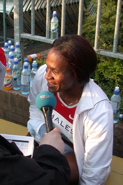 Maria Mutola after winning the 800m in Hengelo Grand Prix (Willem Pfeiffer)