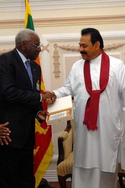 President Diack receives a gift from Sri Lankan state President Mahinda Rajapaksa (IAAF.org)
