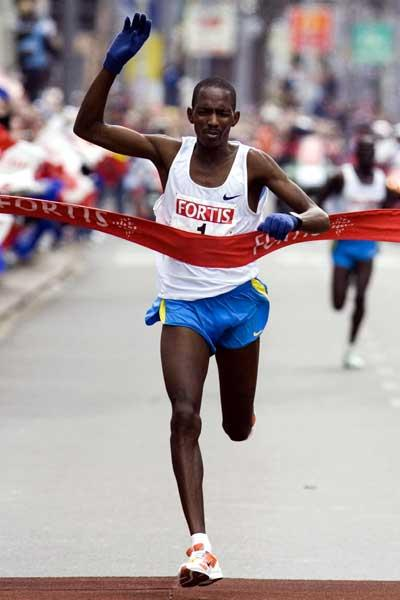 Sammy Korir (KEN) wins the 2006 Fortis Rotterdam Marathon (loc)