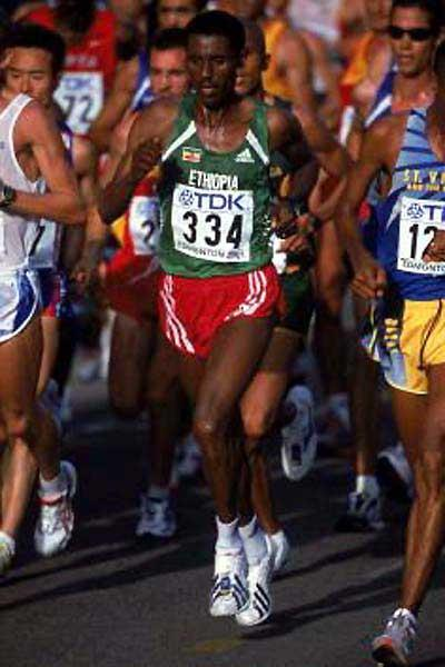 Simeretu Alemayehu (ETH) running in the 2001 World Championships (Getty Images)
