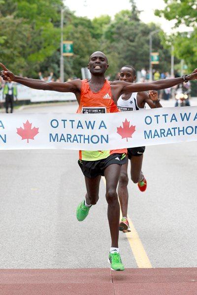 Laban Moiben successfully defends his Ottawa Marathon title (Victah Sailer)