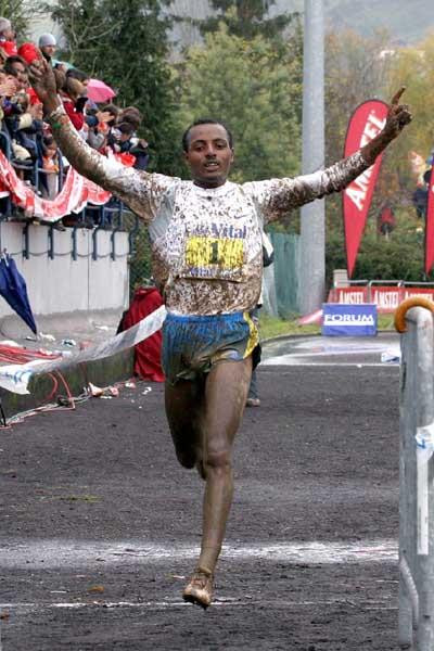 Tariku Bekele winning the 2005 Cross Internacional Valle de Llodio (Pedro Agustín)
