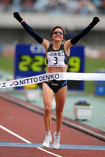 Britain's Mara Yamauchi wins the 2008 Osaka Ladies Marathon (Kazutaka Eguchi/Agence SHOT)