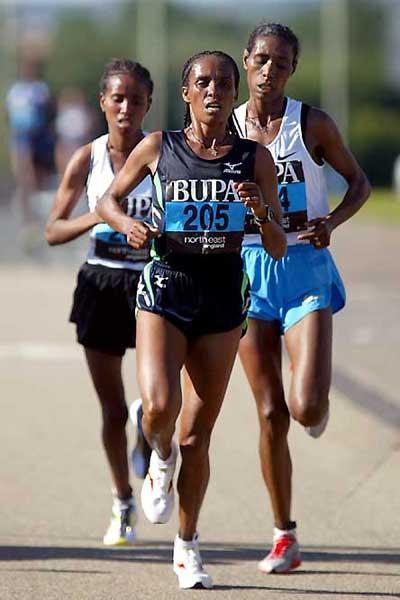 Derartu Tulu leads Kidane (left) and Adere (right) in the 2005 BUPA Great North Run (Mark Shearman)