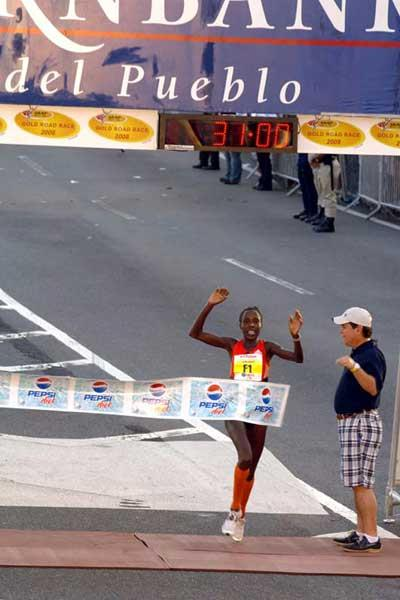 Lornah Kiplagat retains title in San Juan in 2008 (Denni Lozza - Island Photography)