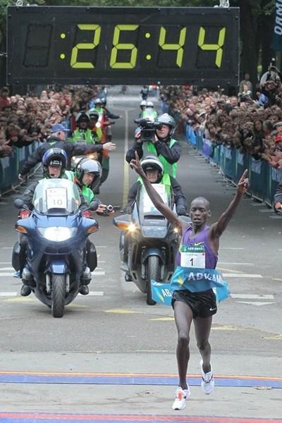 Sensational 26:44 World record in the 10Km for Leonard Komon in Utrecht (Aktiefoto)